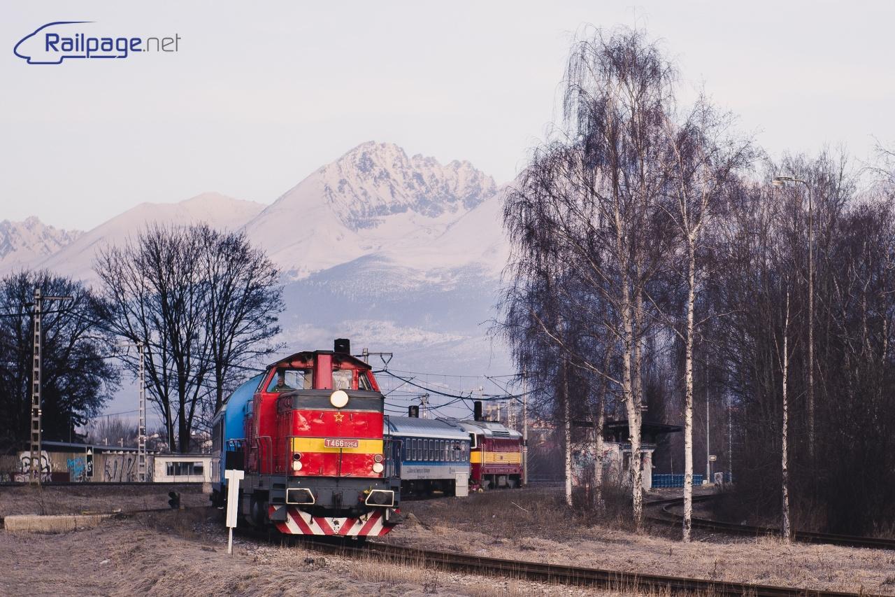 Po preprahu vlak opúšťa Poprad už s dieslovou trakciou. Autor: Peter Dirga