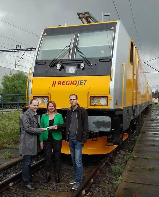 Dnes ráno jsme od výrobce vlaků Bombardier slavnostně převzali první dvě nové lokomotivy TRAXX. Vedoucí provozu lokomotiv Adam BARTOŇ je aktuálně převáží k nám, na pražské Smíchovské nádraží.