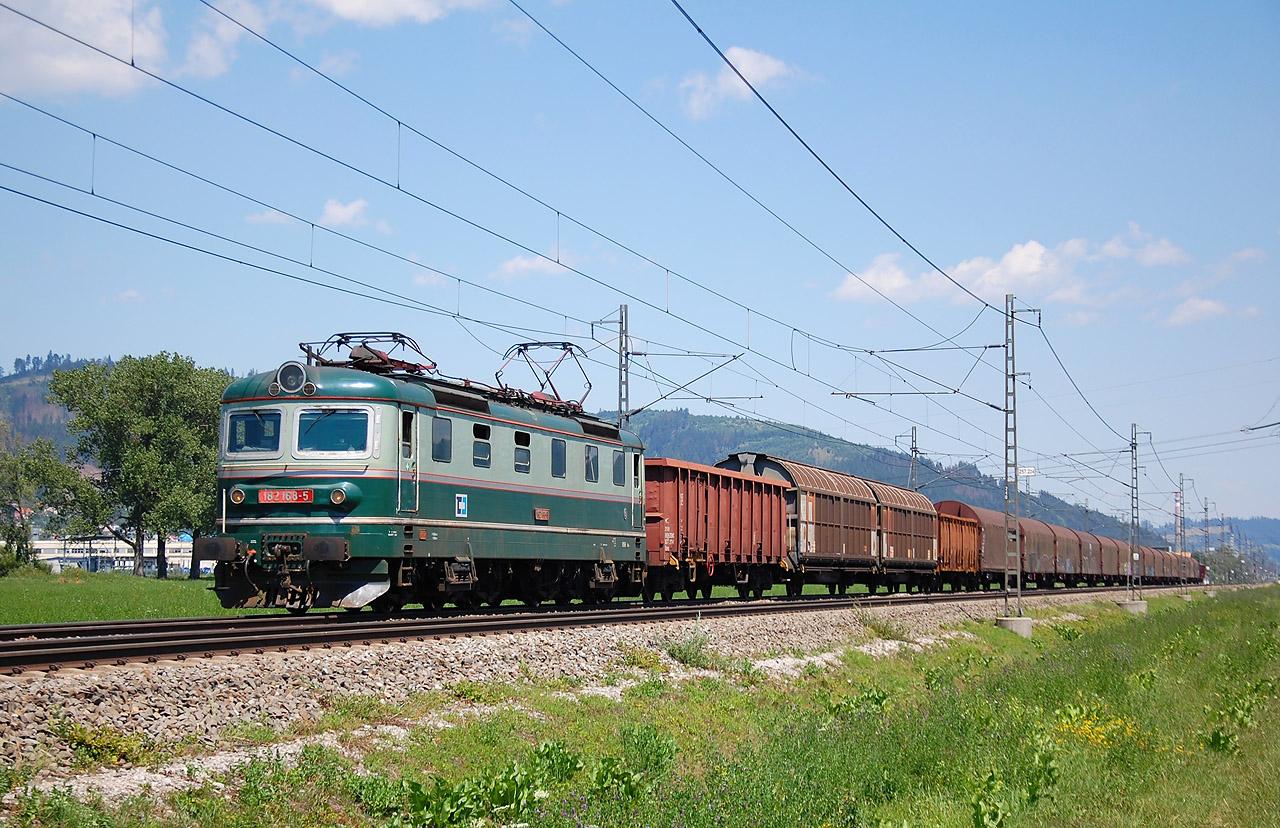 ... a aj za stanicou Kysucké Nové Mesto, keďže musel dať prednosť rýchlejšiemu vlaku RJ1003. Bolo tak možné si pohodlne spraviť dva snímky tohto vlaku na cca 5 kilometrovom úseku.