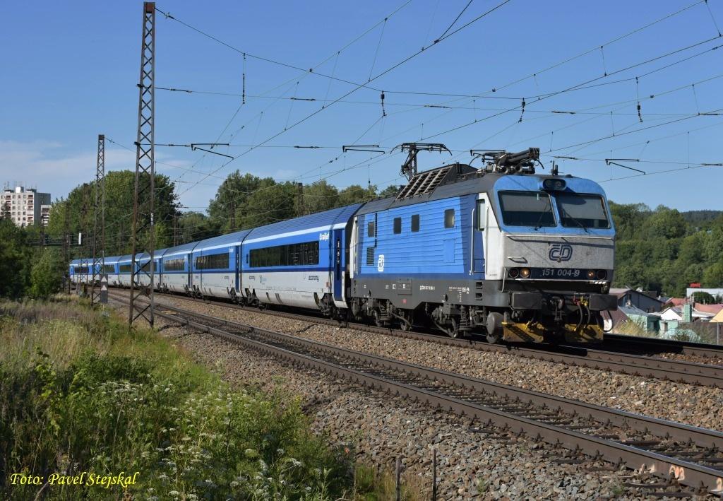 Pavel Stejskal fotója nem egy sci-fi, vagy éppen photoshop, Česká Třebová állomásnál hasít a kék Banán a railjet élén (fotó: railpage.net)