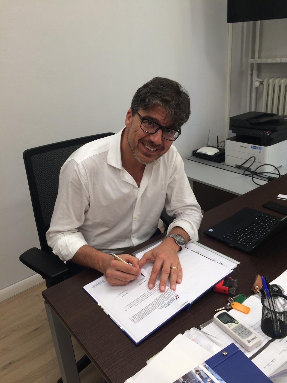 Provozní ředitel MIST Luca Geremia při podpisu protokolu o předání lokomotiv EffiShunter 1000