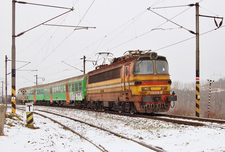 """Výhybnou Dúbrava projíždí 31.01.2009 Os 2609 s """"laminátkou"""" 240.059"""