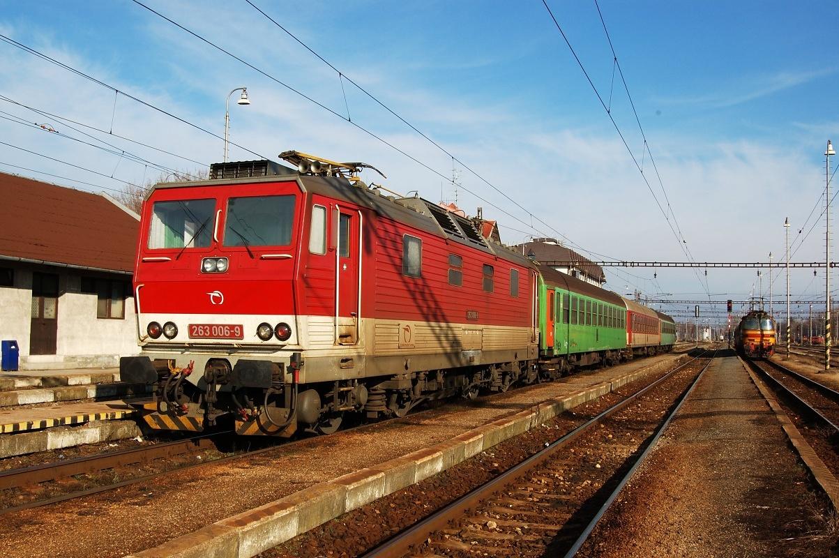263.006 odstavená se soupravou vlaku do Bratislavy. Kúty 25.01.2009