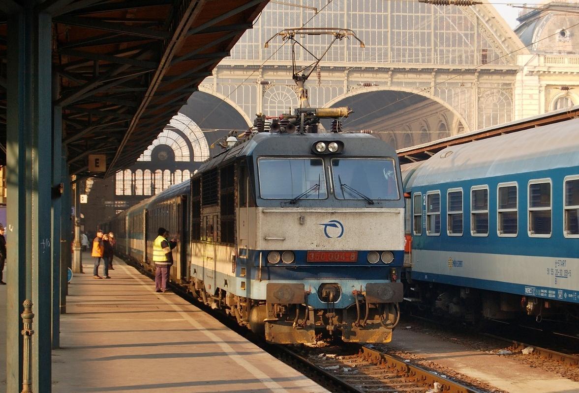 """Je mrazivé ráno 10.01.2009 a na nádraží Budapest Keleti se chystá """"Hugo"""" 350.004 vyrazit s vlakem EC 170 """"Hungária"""" vstříc Praze"""