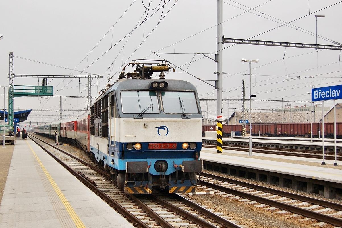 """Modrá 350.019 přijíždí do Břeclavi dne 27.01.2009 v čele EC 273 """"Jaroslav Hašek"""