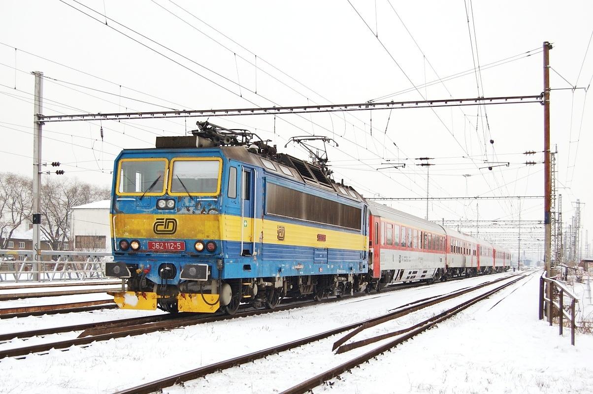 """Lehce vybledlá 362.112 odjíždí z Břeclavi s vlakem EC 273 """"Jaroslav Hašek"""" dne 06.01.2009"""