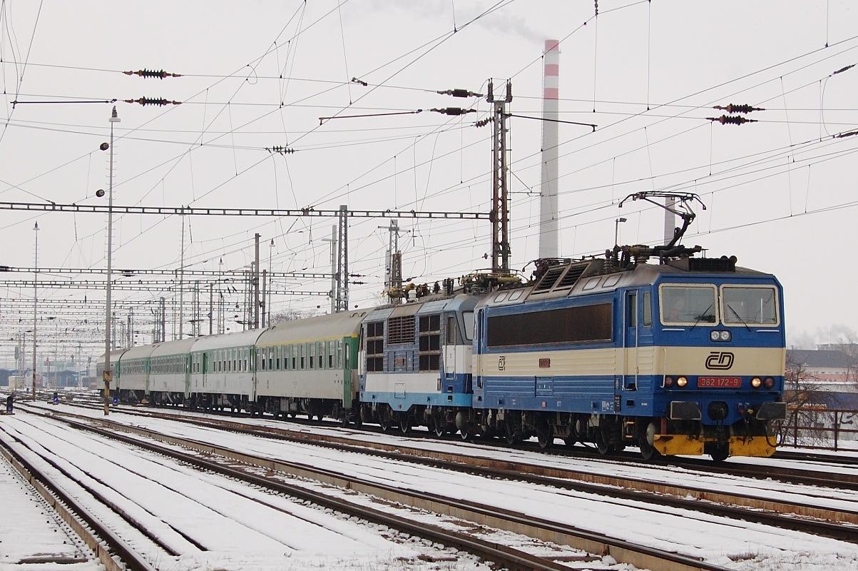 """Opičí nemoci neunikla 350.014 dne 12.01.2009 a tak je i s celým vlakem EC 275 """"Slovan"""" tažena """"esem"""" 362.172"""