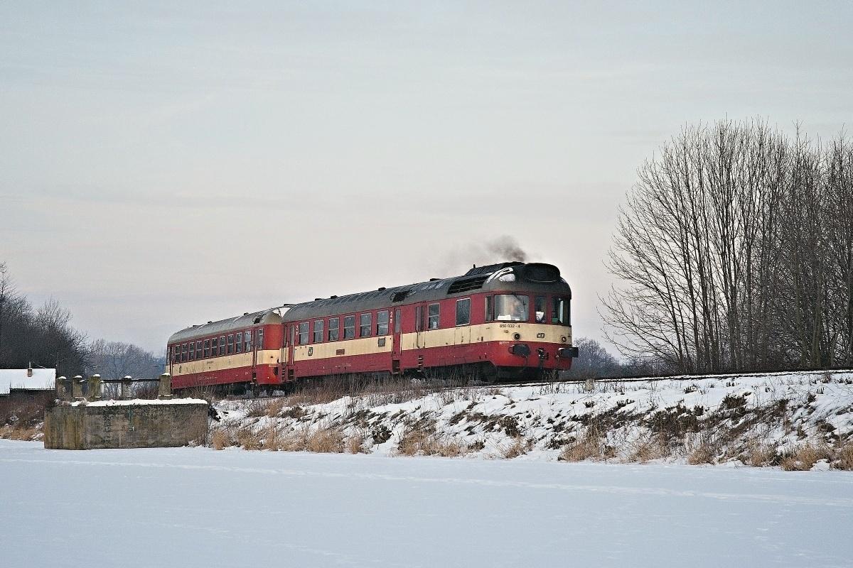 """V roce 2009 byly mezi Jihlavou a Pardubicemi provozovány dva páry motorových rychlíku """"Chrudimka"""" a """"Doubrava"""" na něž byly turnusově nasazovány motorové vozy řady 854 DKV Brno. Výjimečná příležitost se však naskytla 17. a 18. ledna 2009, kdy na vlaky 1182 a 1183 byl nasazen brněnský """"Krokodýl"""" 850.032-4 s vozem Bmx. Snímek jej zachycuje při průjezdu s ranní """"Chrudimkou"""" do Jihlavy kolem zamrzlé hladiny """"Drážního rybníku"""" nedaleko Oldřetic v úseku Žďárec u Skutče - Pokřikov. Foto: Josef Vendolský."""