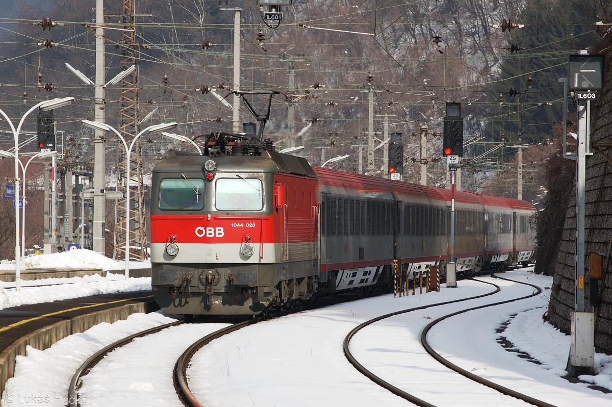 Alpský vysavač 1044.023 v čele EC vlaku přijíždí do Bruck an der Mur dne 04.02.2009