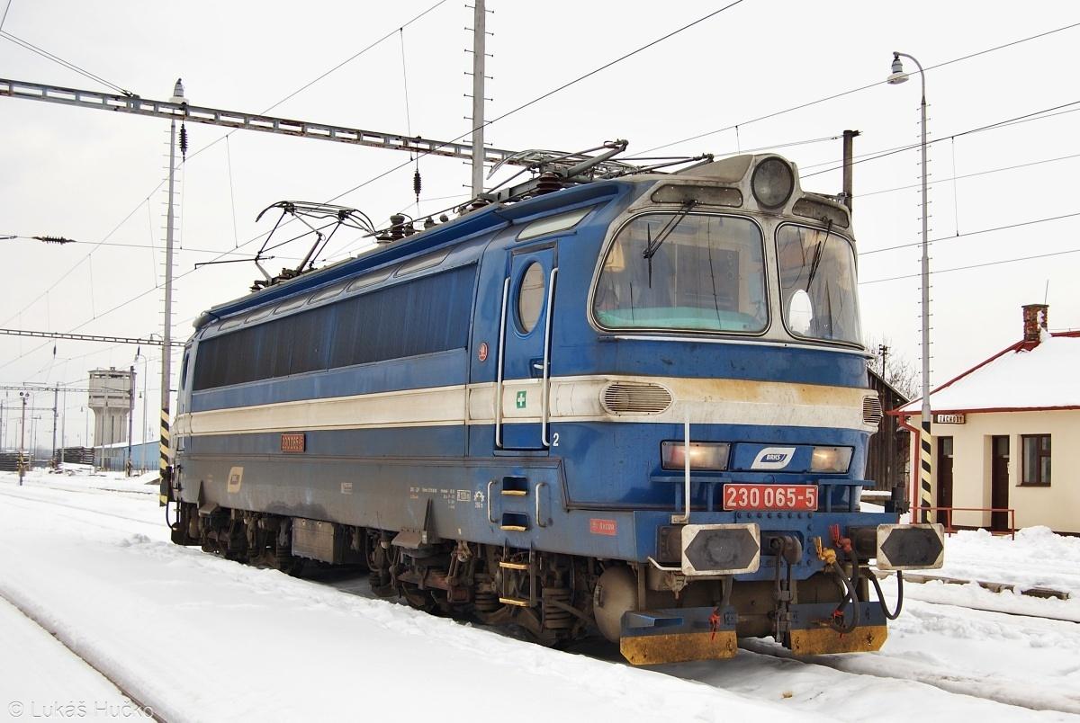Laminátka 230.065 jako Rv 58741 Kúty-Trnava vyčkává křižování v Jablonici dne 25.02.2009