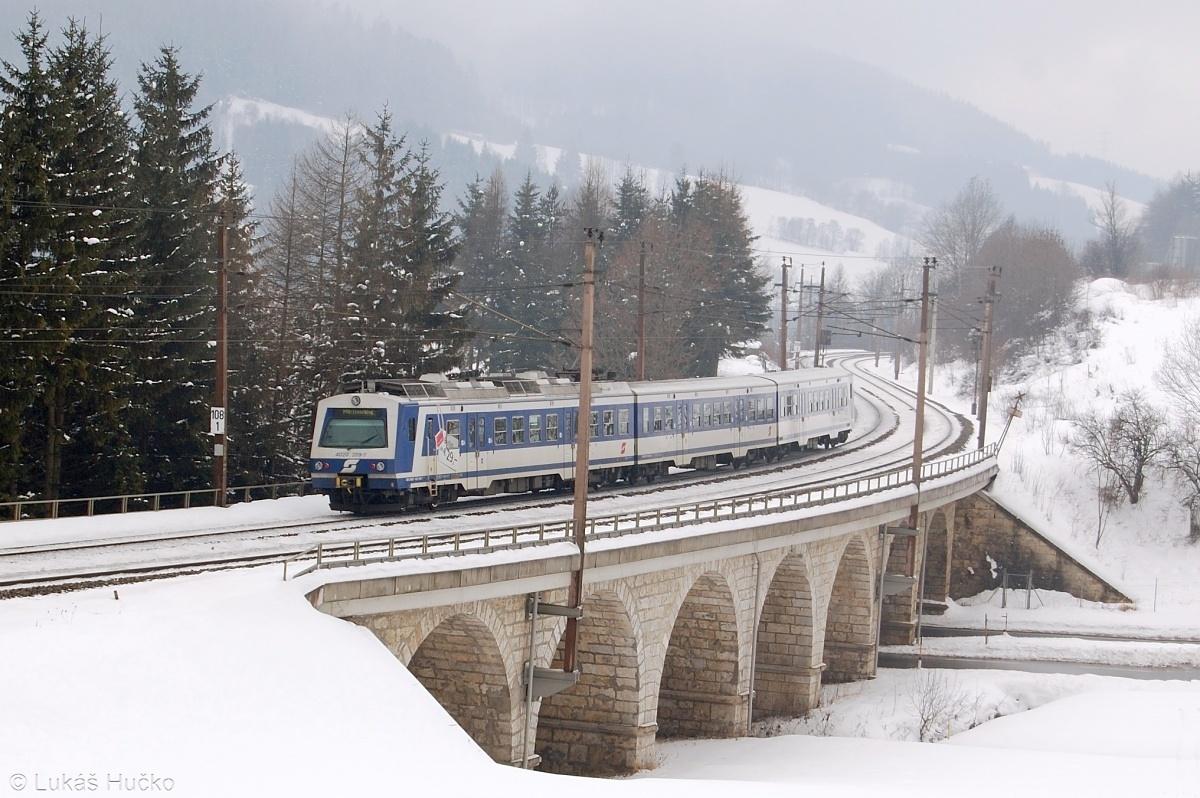 Přes viadukt u Steinhaus am Semmering projíždí jednotka 4020.289 jako R 2957 dne 04.02.2009