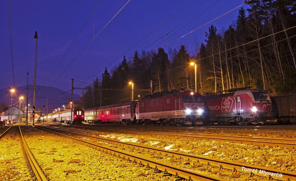 Stanica Spišské Vlachy v bežné dni len nenápadná stanička kde všetky rýchliky len preletia ale po včerajšej nehode sa táto stanica stala na niekoľko dní konečnou stanicou pre všetky vlaky z Bratislavy a vychodzou stanicou pre vlaky do Bratislavy. Na fotografii vectron 383.105 s rýchlikom 612 a gorila 350.017 s vlakom Ic 524 :)