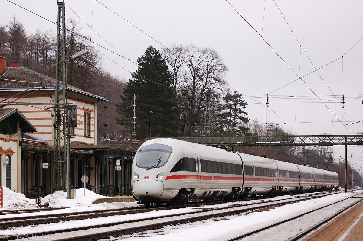 Vlak ICE 26 projíždí stanicí Rekawinkel dne 06.02.2009