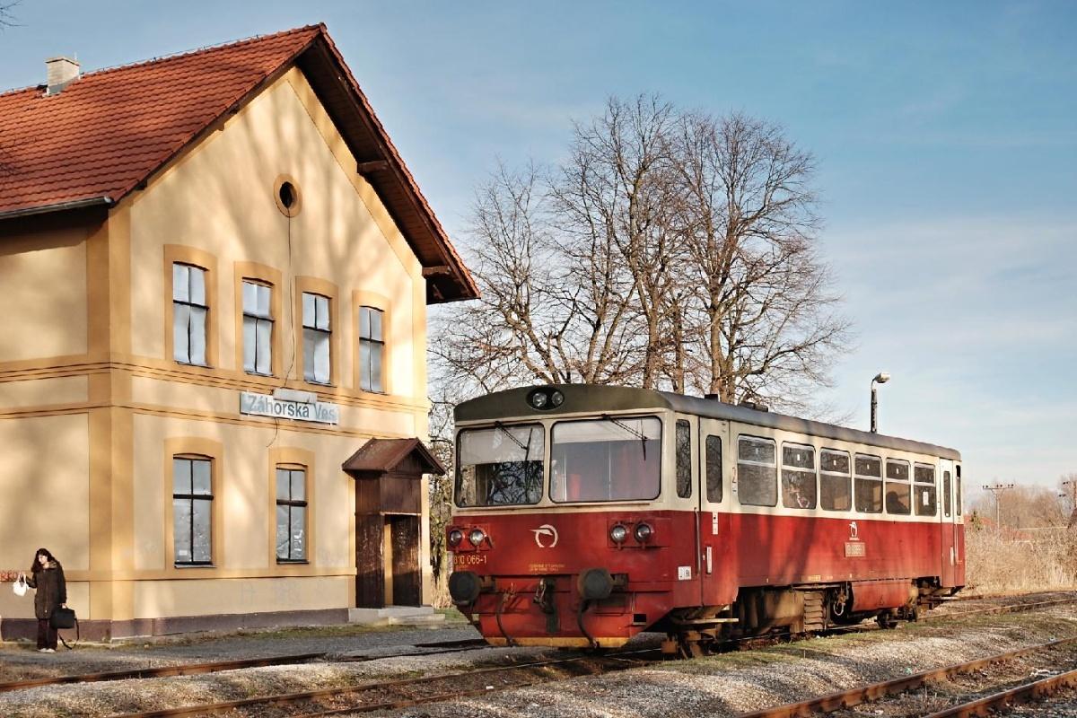 810.066 vyčkává na odjezd ze stanice Záhorská Ves jako Os 2309 dne 06.02.2009 Foto: Josef Vendolský