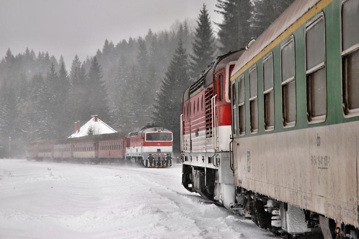 Křižování Zr 1814 (754.082) s vlakem Zr 1842 (754.010) v žst. Čremošné dne 13.02.2009 Foto: Josef Vendolský