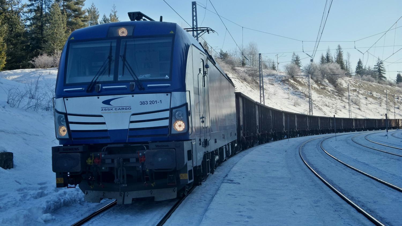 Na Štrbe vlak musel zo zadnej časti odvesiť postrkový rušeň, ktorý mu pomáhal v úseku - Spišská Nová Ves - Štrba.