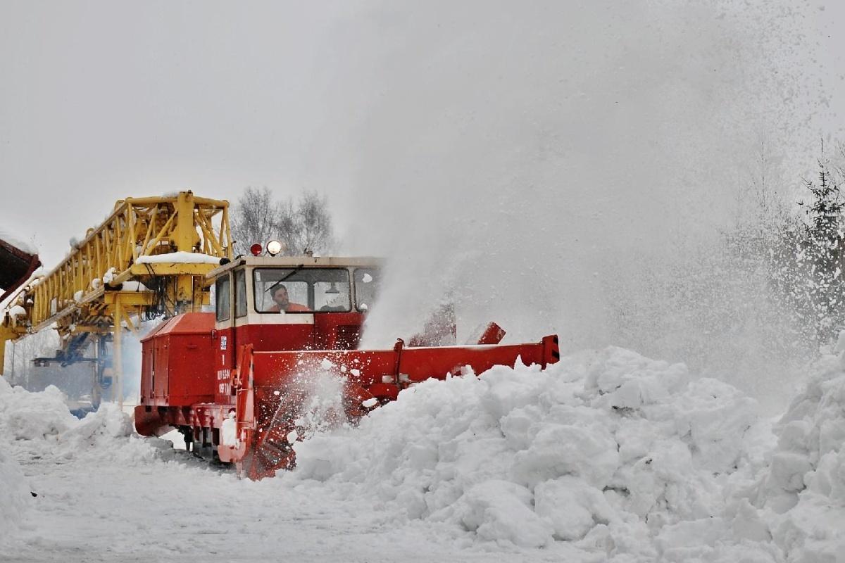 Odklízení sněhu z manipulační koleje v ŽST Květná bylo 26. 02.2009 provedeno mj. za pomoci sněhové frézy KSF 70 – MUV 69.2-104 SDC Pardubice. Foto: Josef Vendolský