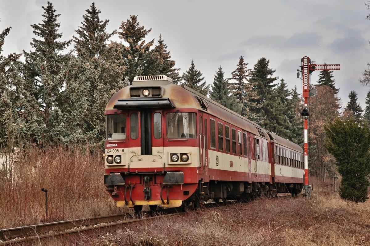 Sp 1864 tvořen vozem 854.005 odjíždí ze stanice Nový Bydžov kolem vjezdového návěstidla dne 05.03.2009 Foto: Josef Vendolský