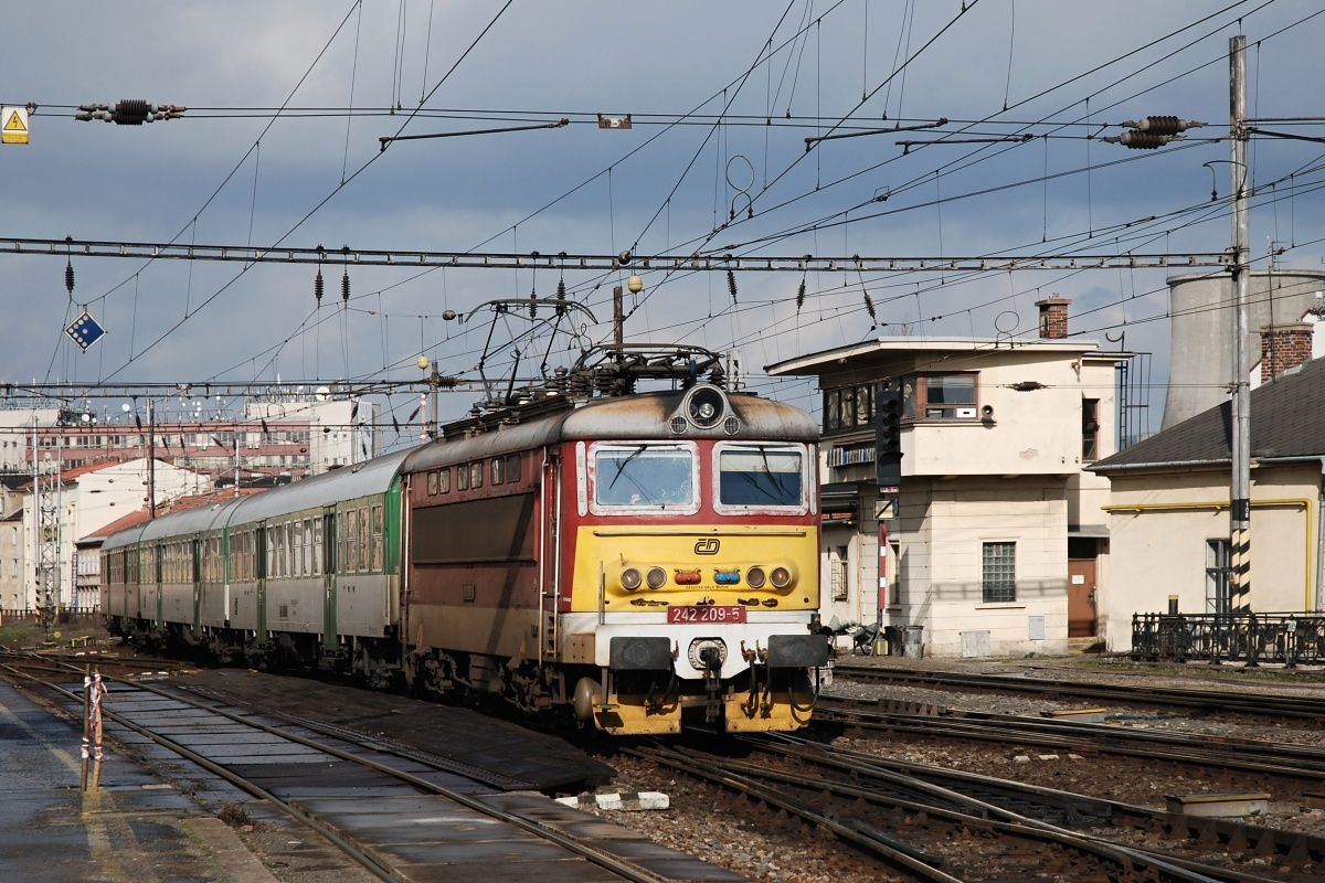 Os 4025 přijíždí 12.03.2009 do Brna v čele s plecháčem 242.209 v typicky chebském nátěru Foto: Josef Vendolský