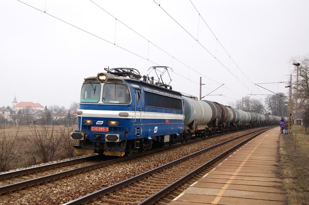 Pn 1.nsl. 44763 v čele s laminátkou 230.065 projíždí zastávkou Moravský Ján 02.03.2009