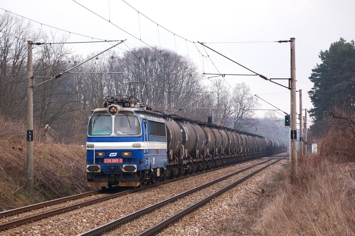 Pn 1.nsl. 58020 čítající 40 prázdných kotlů v čele s BRKS laminátkou 230.065 přejíždí přes přejezd Moravský Ján-Závod dne 26.03.2009
