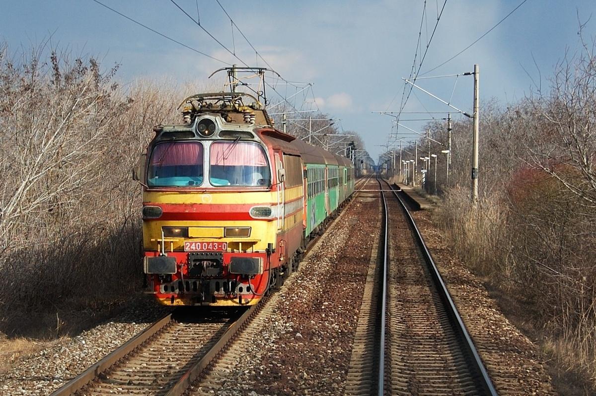 Laminátka 240.043 s osobním vlakem u zastávky Pusté Úľany dne 12.03.2009