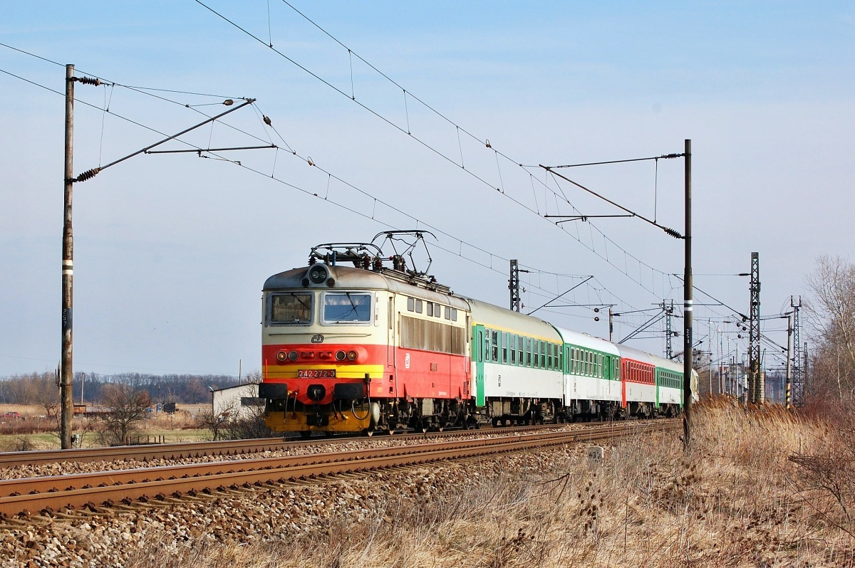 """Ex 131 odjíždí ze stanice Sekule. Na čele vlaku je """"Plecháč"""" 242.272 dne 28.03.2009"""