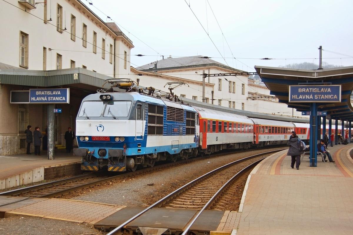 Gorila 350.007 stojí v Bratislavě hl.st. dne 31.03.2009 v čele EC 273