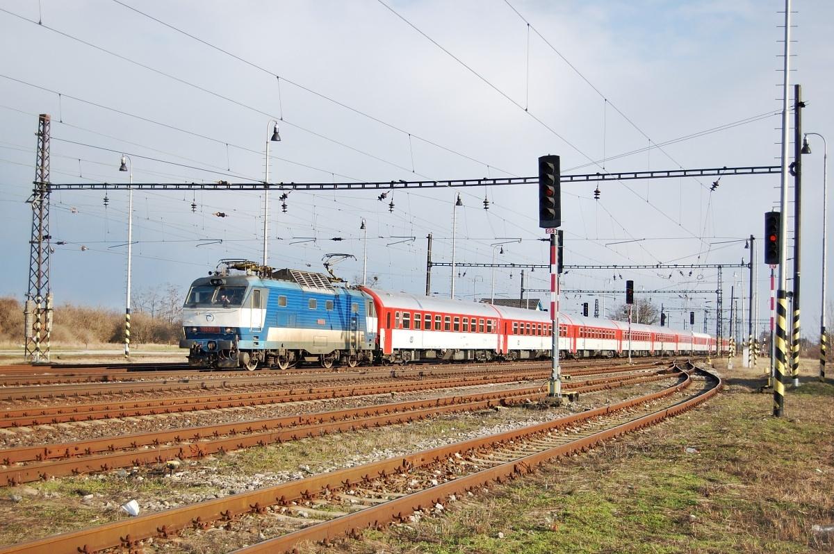 Vlak EC 272 v celočerveném provedení vjíždí se strojem 350.019 do Palárikova dne 12.03.2009