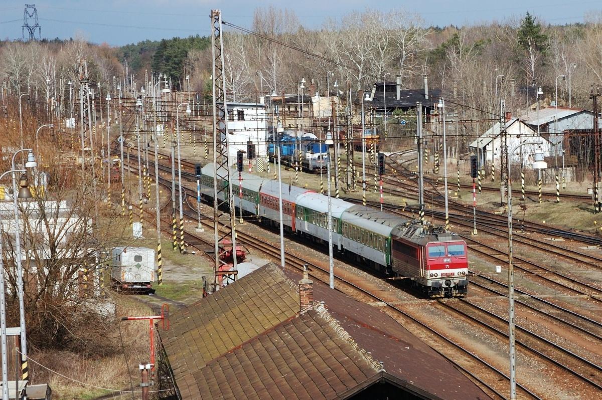 EC 275 v zeleném provedení přijíždí do žst. Kúty dne 27.03.2009. Na čele vlaku je 362.012