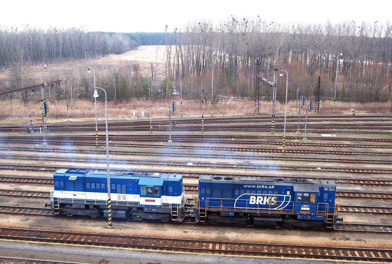 Dvojice strojů 740.722+740.870 společnosti BRKS posunujue v žst. Kúty dne 02.03.2009