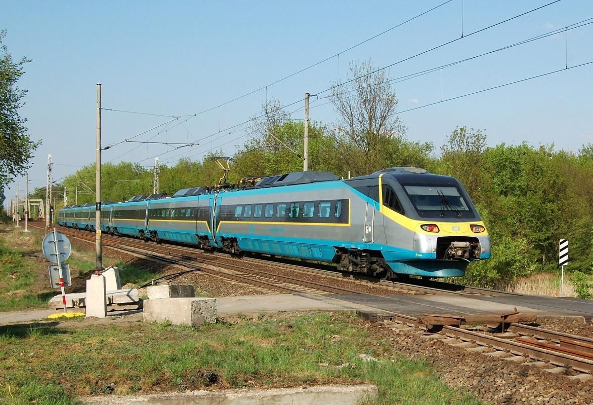 """Píše se datum 19.04.2009 a Pendolíno 680.001 přijíždí jako spoj SC 16 """"SC Antonín Dvořák"""" do Břeclavi"""