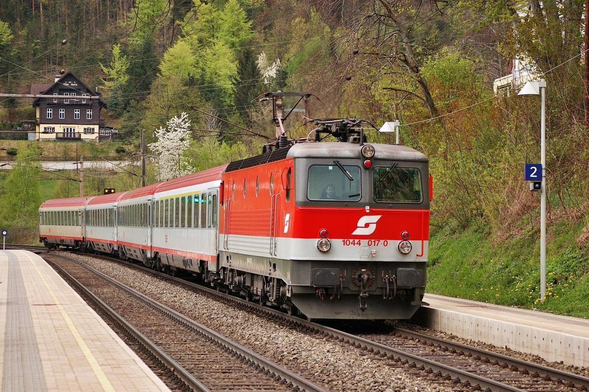 Zastávkou Küb projíždí stroj 1044.017 dne 18.04.2009 jako IC 652. Zanedlouho šel tento stroj jako všechny ostatní na předělávku na ř. 1144