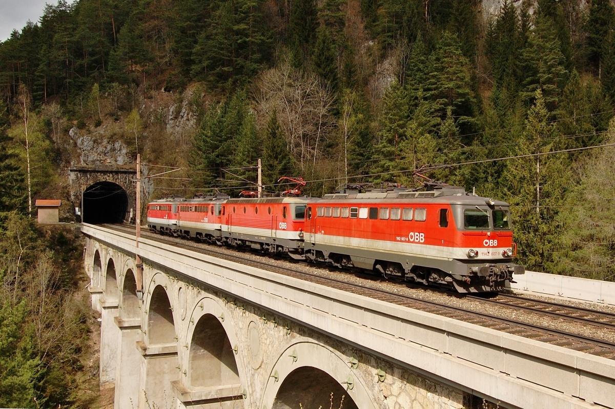 Tři stroje ř 1142 a jeden ř 1144 jsem zachytil za stanicí Breitenstein dne 18.04.2009
