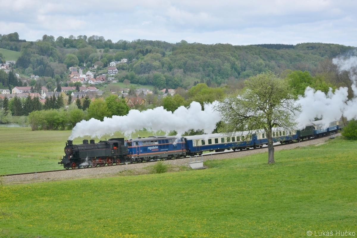 Po vykřižování s osobním vlakem pokračuje za stanicí Wilhelmsburg a. d. Traisen
