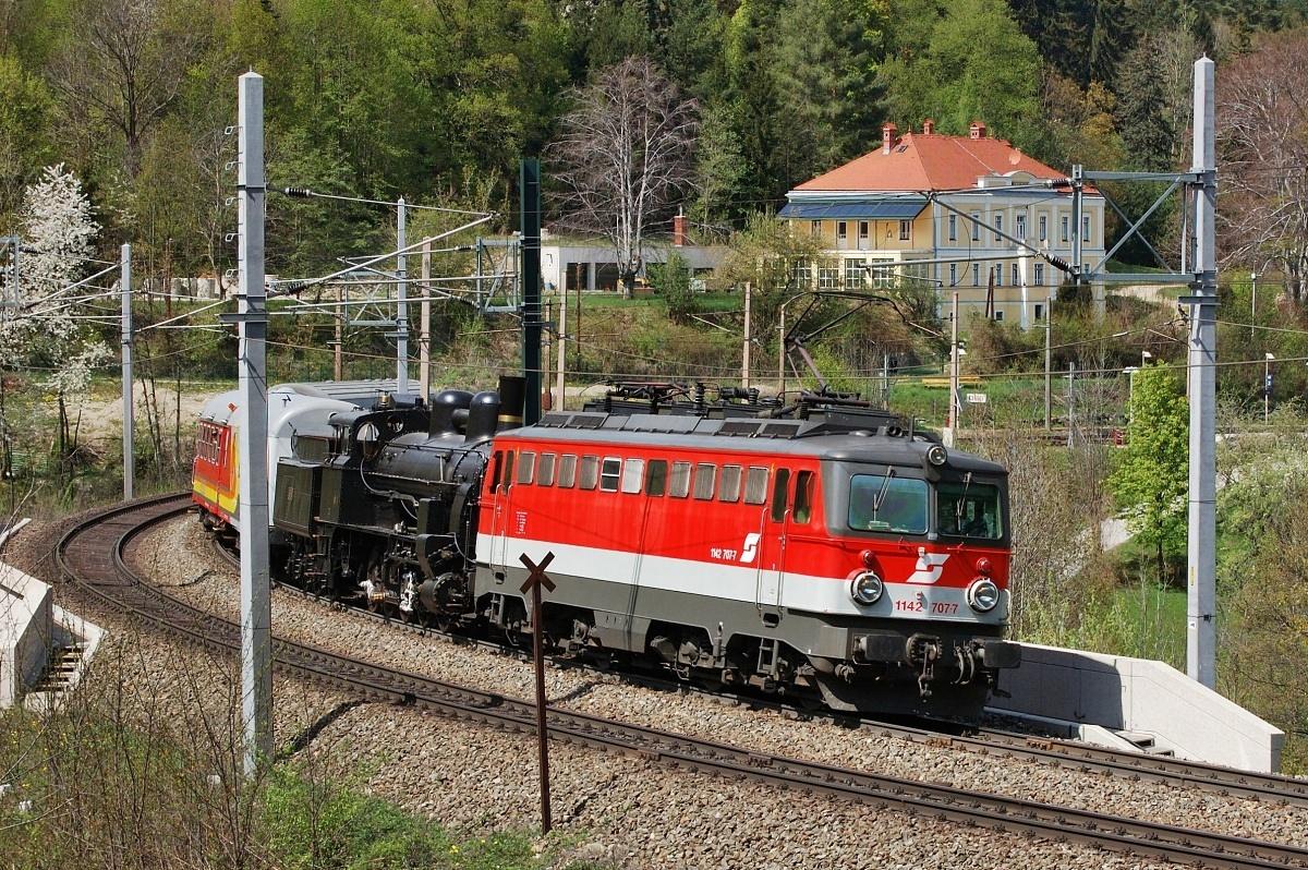 1142.707 veze parní lokomotivu 180.01 přes Semmeringbahn. Küb 18.04.2009
