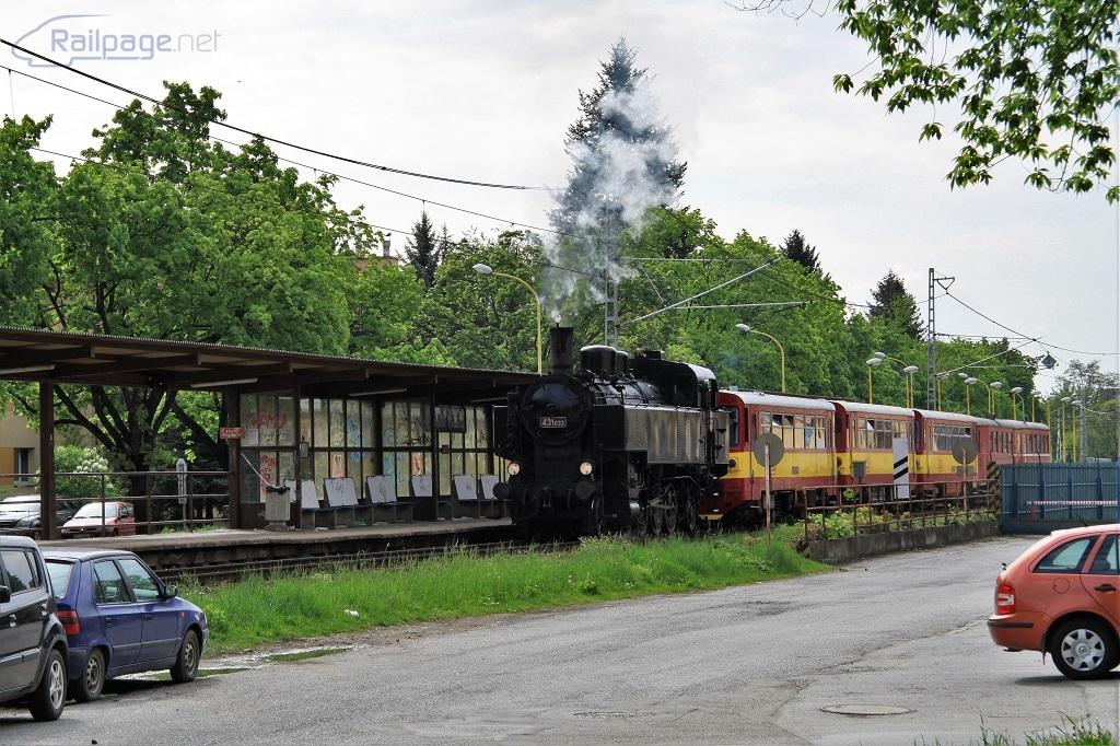 431.032 rozbieha vlak zo zastávky smerom do Veľkého Šariša