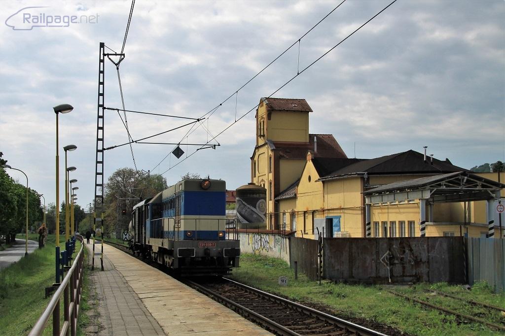 Malý hektor 720 039-7 s požiarnym vlakom prechádza okolo brány do zrušenej vlečky Fragopolis, kedysi známej pod menom Frocona