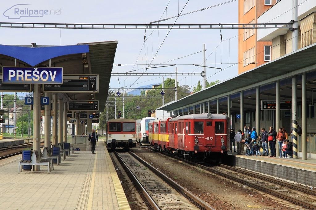 Zatiaľ čo parný rušeň 431.032 počas obiehania súpravy vyčkáva na odchod osobného vlaku do Košíc z vedľajšej koľaje, požiarny vlak, ktorý práve vošiel do stanice, ukončí svoju jazdu pred odchodovým návestidlom na opačnej strane stanice.