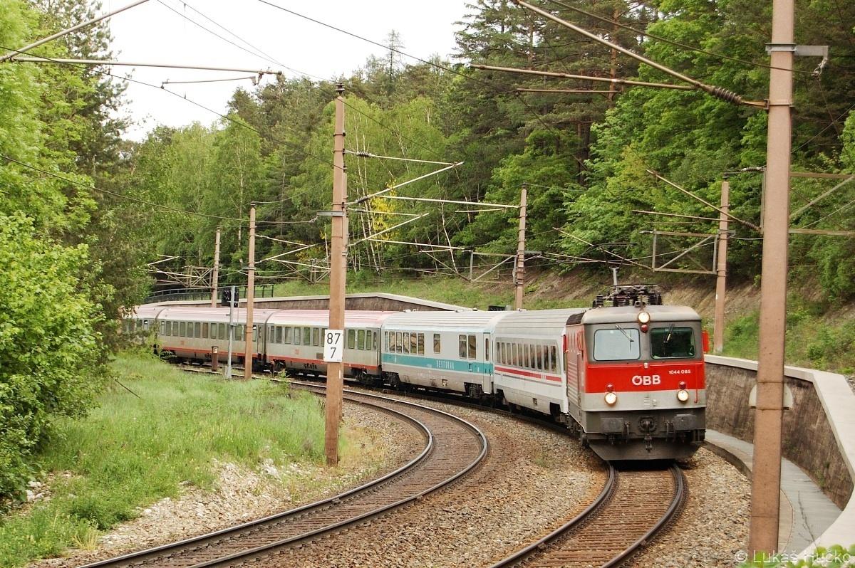 1044.065 v čele EC 158 vyjíždí z Eichbergu dne 16.05.2009