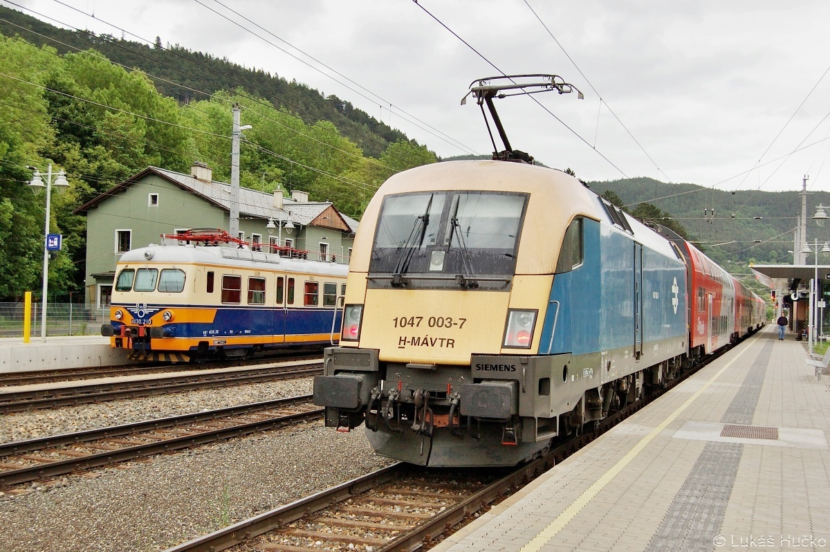 Historická jednotka 4030.210 a maďarský Taurus 1047.003 ve stanici Payerbach-Reichenau