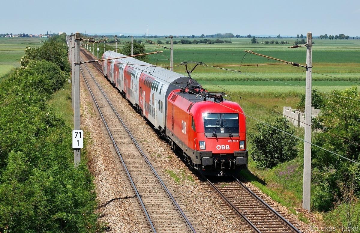 Taurus 1116.144 přijíždí do zastávky Rabensburg jako R 2341 dne 25.05.2009