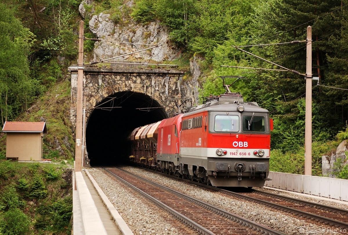 1142.656 pomáhá Taurusovi zdolat Semmeringbahn nedaleko Breitensteinu
