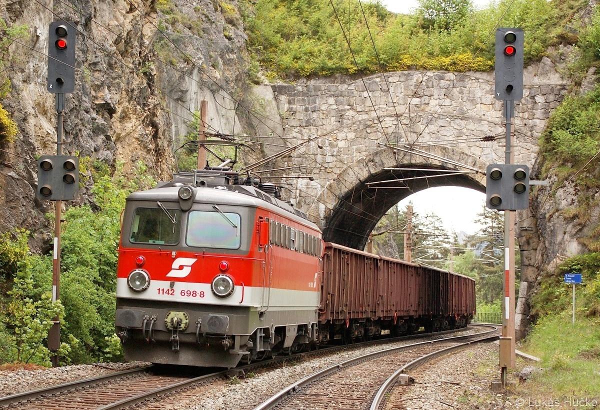 14 m dlouhým tunelem projíždí 1142.698 na postrku nákladního vlaku