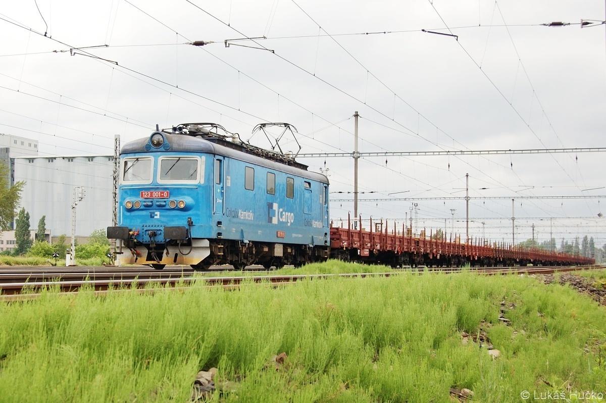 Ve stanici Mělník se chystá k odjezdu nákladní vlak se strojem 123.001
