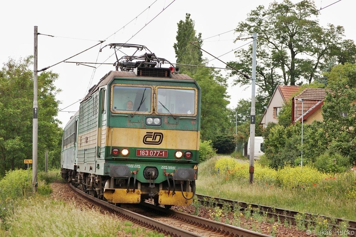 Os 6409 v čele se strojem 163.077 u zastávky Mělník-Mlazice dne 30.05.2009