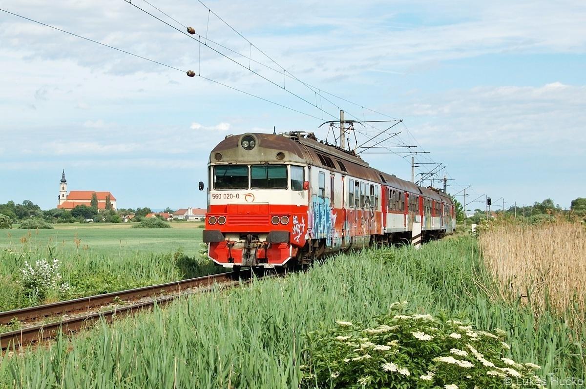 Hnací vůz 560.020 zaskakuje v soupravě za jiný. Šaštin-Stráže Os 2615 dne 22.05.2009