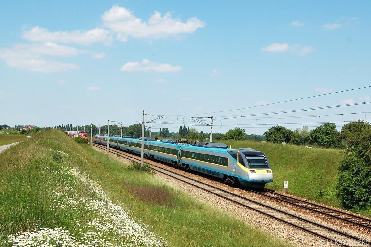 Pendolíno 680.003 se potkává s osobním vlakem nedaleko Hohenau dne 25.05.2009