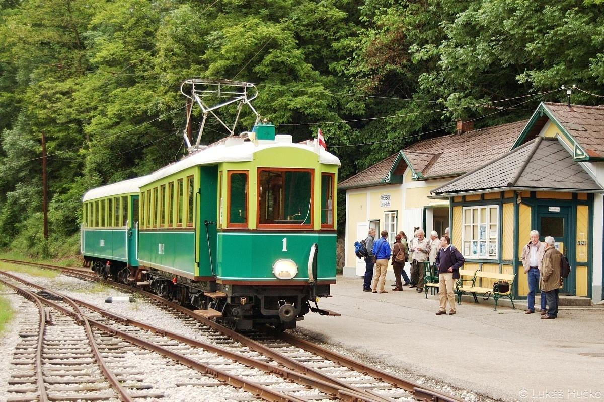 Tramvaj lokálky Höllentalbahn ve stanici Payerbach