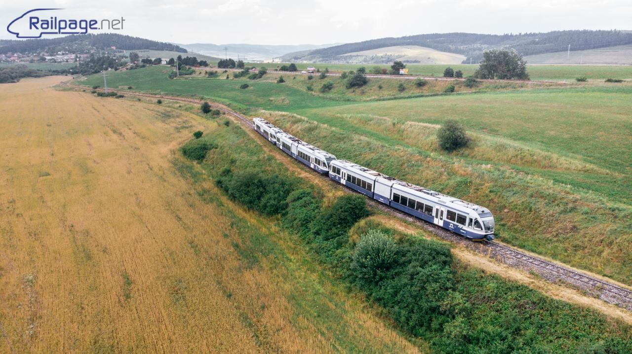 Vlak smerujúci do Spišskej Novej Vsi. V ľavo v pozadí prírodná rezervácia - Modrý vrch nazývaný aj Blaumont